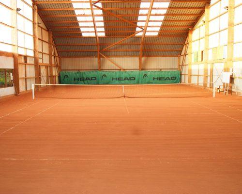 1 terrain de tennis en terre battue